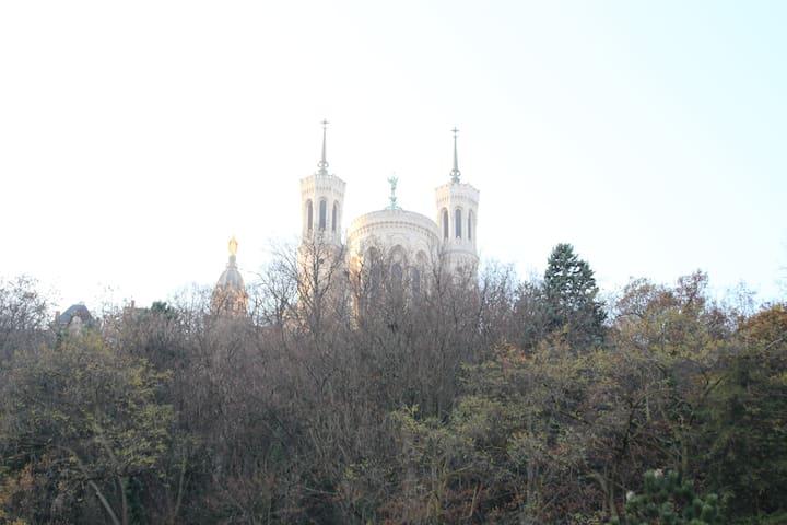 au pied de la basilique de Fourvière