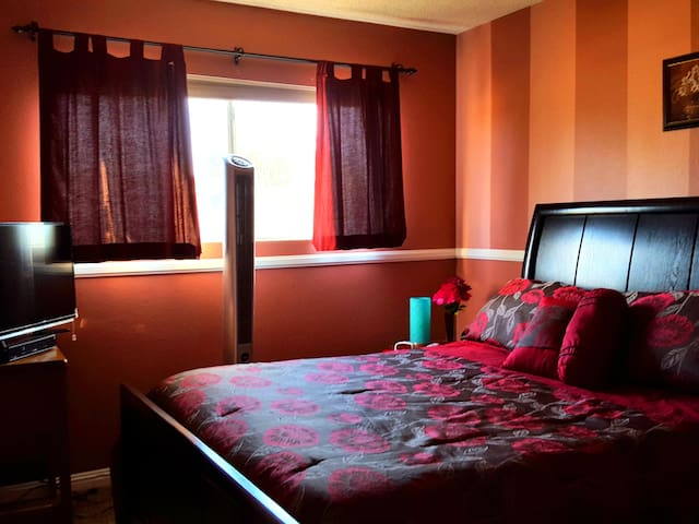 Private Room with Cable TV, WiFi and Queen Size Comfy Bed