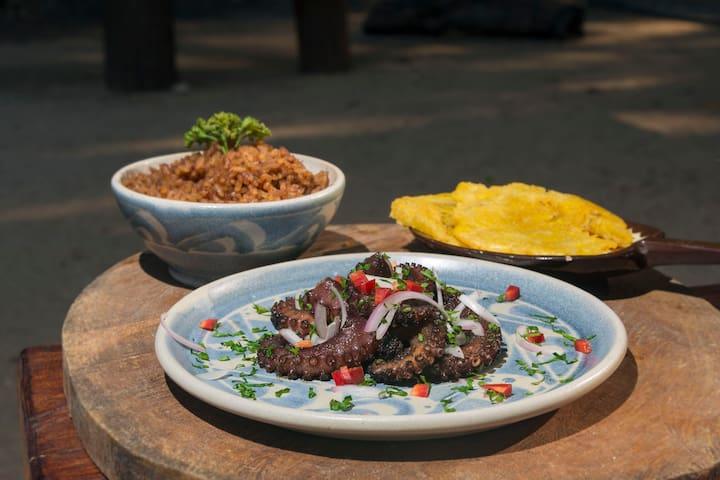 PULPO A LA PARRILLA,  con cargo extra y con anticipación se puede desayunar, almorzar o cenar.