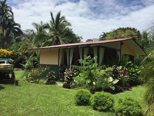 Romantic 1 bedroom Cabin close to Cocles Beach