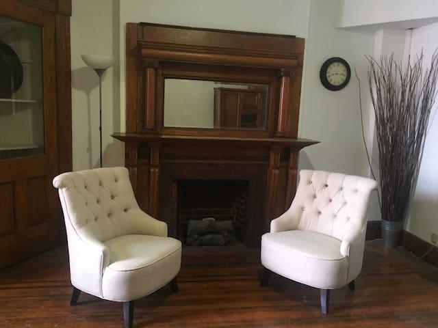 Large Parlor Room, Landmark Home 1 block to PRATT