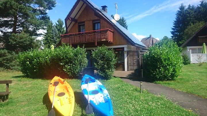 -Ferienhaus an Badesee mit eigenem Pool & Kajaks-