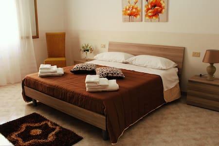 Camera matrimoniale in spazioso appartamento - Mazara del Vallo - Pis