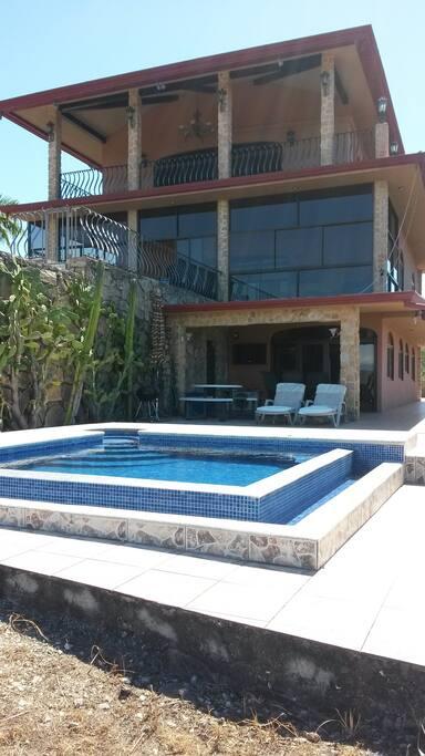 Condominium situé en dessous de la Villa avec son entrée privée et piscine privée