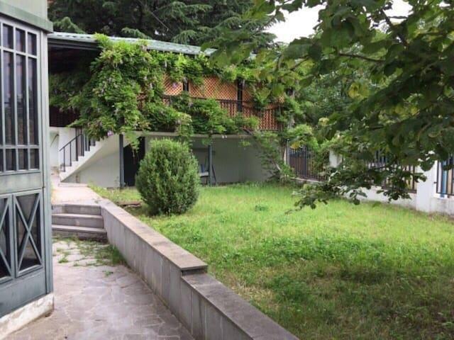 Entire House in Tskneti - Tskneti - Huis