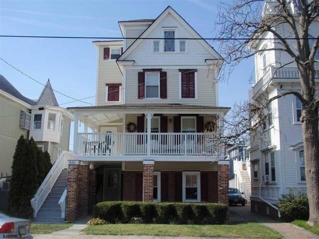 Charming 3 BR/2 BA Ocean City Condo w/ Great Porch