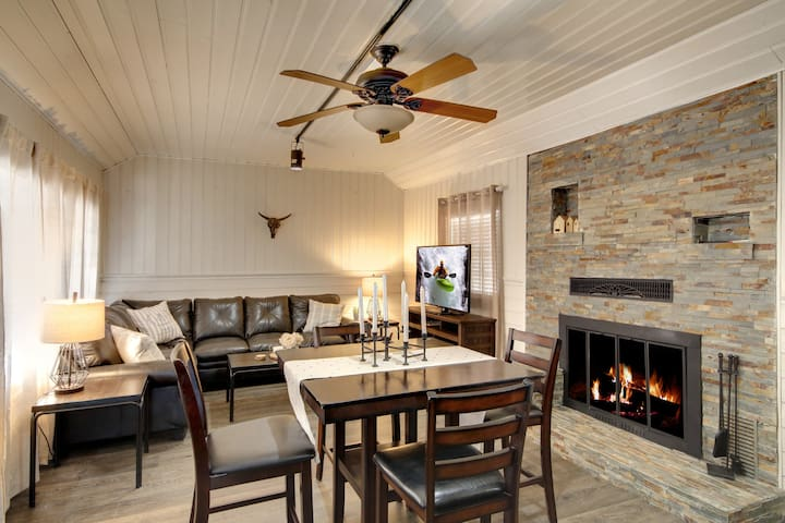 Pineda Pines #1: Cabin Minutes from The Village