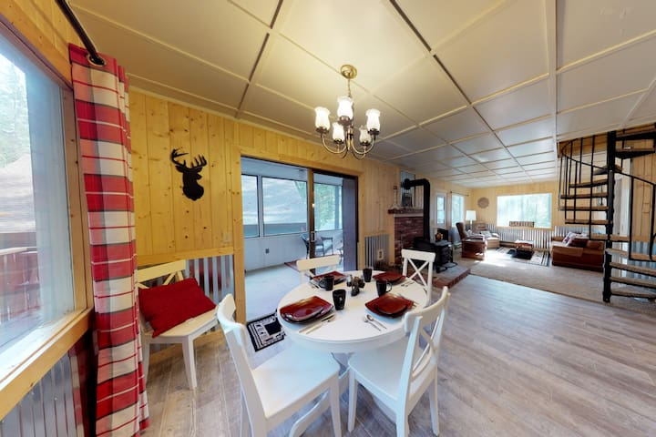 Cozy dog-friendly cabin, peaceful ambiance by hiking, beach, skiing