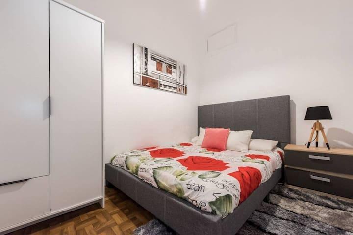 Room close to Gran Vía. 5 bedroom apartment