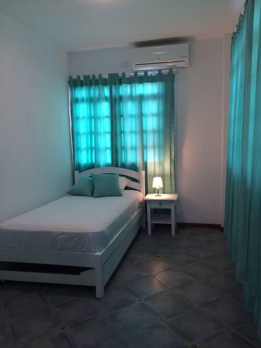 Doble/Sencilla $40 (cama adicional $10), acondicionador de aire, baño privado externo, desayuno incluido, parqueo previa reserva.
