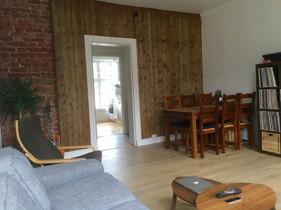 Dining table and treated original wood boards in the living room, for a warm atmosphere.