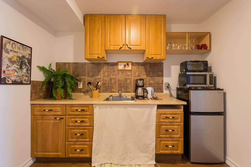kitchenette, which means not a full kitchen. no dining table but there is 2tv trays and a coffee table. Has a fridge, microwave, toaster oven, large electric pan, and a  induction burner. Coffee,tea, oatmeal supplied. small table and chairs