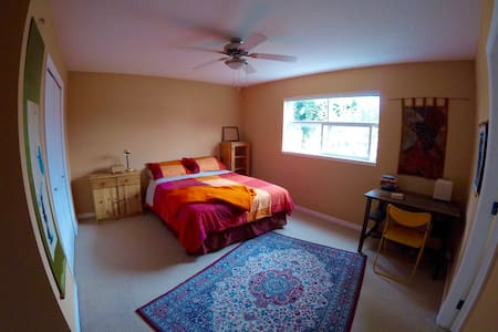 Sunny bedroom, queen bed & private ensuite  bath - Nanaimo