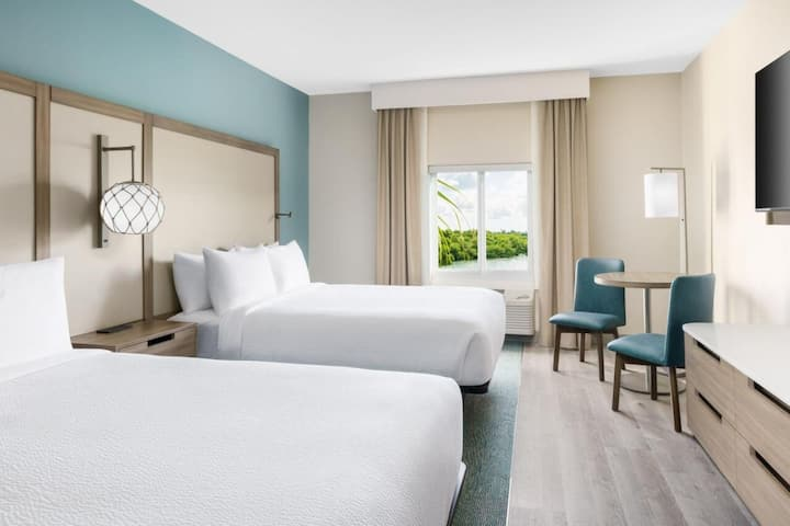 Family Deal! Comfy Suite for 24, Breakfast, Pool!