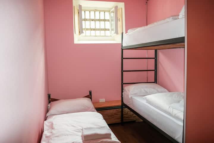 Hotel BARABAS - Dreibettzimmer im Gefängnishotel