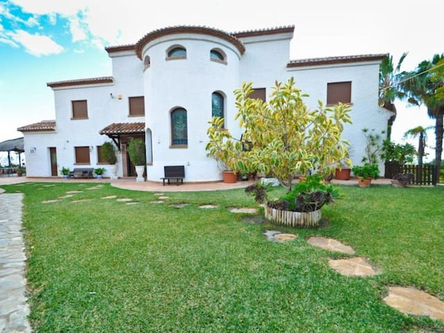 Luxury villa with big private pool, jacuzzi, gas barbecue and huge garden