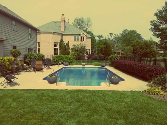 Private Pool! Just 15 Minutes from Downtown! - Indianapolis - House