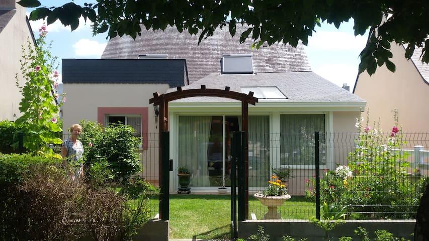 chambre + salle de bain privatives - Chavagne - Hus