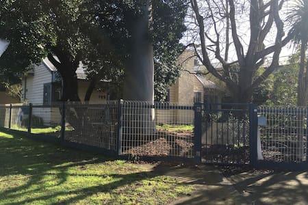 Cosy Bayside home next to park - Beaumaris - Talo
