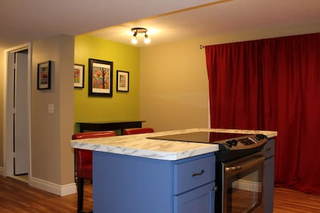 Light and Bright Suite on a Wooded Lot, Private! - Chatham - Apartamento