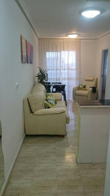 Удобная мягкая мебель для полноценного отдыха. (Виден выход на балкон).