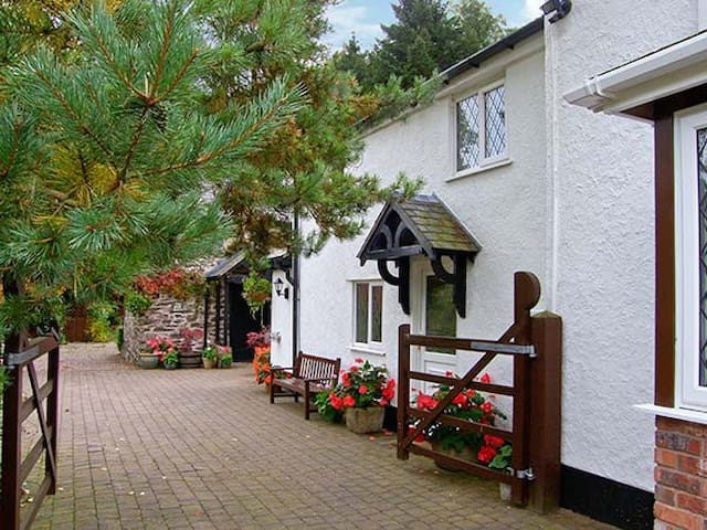 THE LITTLE WHITE COTTAGE, pet friendly in Ruthin, Ref 926008