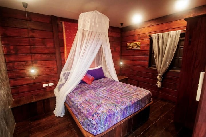 Orange room- silk boho decor: Air-con bedroom with lush hardwood, queen bed, fully insulated, quiet and cool.