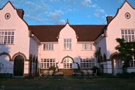 THE WHITE HOUSE, BEMBRIDGE, America's Cup. - Bembridge