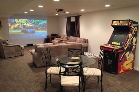 Fun Luxury Basement Apartment with Home Theater - Lehi - Lejlighed