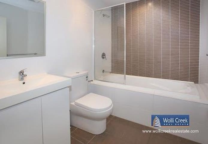 Amazing Unit in Great Location! - Hillsdale - Appartement