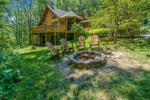 Lake Access Log Chalet w/Hot Tub, Fire Pit, & Gas Grill!