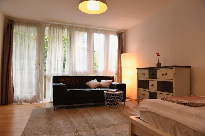 GANZE Wohnung, zentral aber ruhig gelegen