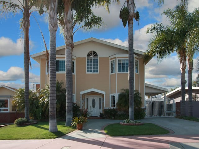 Lux 5 BR Beach Home - Walk to T St Beach /Downtown