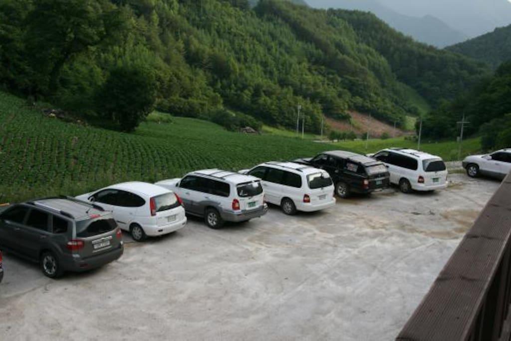 10여대의 차량 주차가 가능한 넓은 주차장