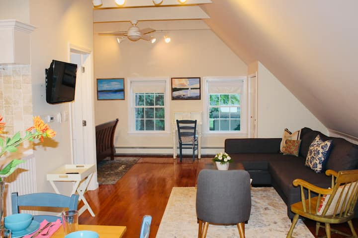 Private Charming Carriage House near Newton Center