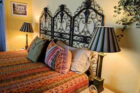 Charleston charm: king bed en suite, hot breakfast - Ann Arbor - Bed & Breakfast