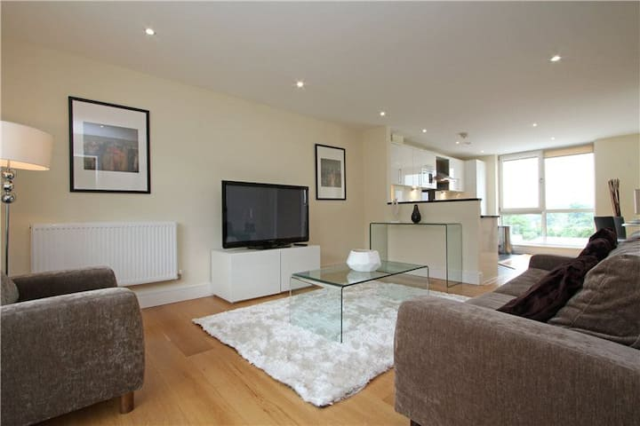 Bright and Spacious Three-Bedroom Flat