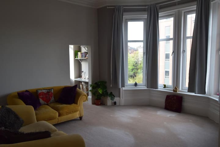 Spacious and bright tenement in Shawlands