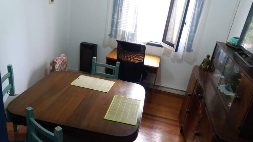 En el comedor hay un escritorio para viajes de trabajo.