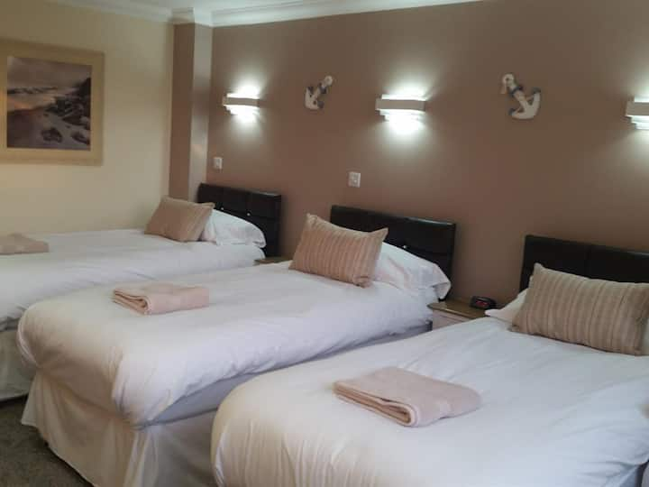 Queen Phillippa B&B - Triple Room Deluxe En-suite