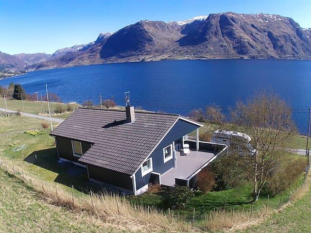 Freistehendes Haus mit grandiosem Fjordblick.