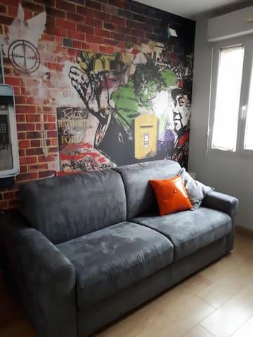 Petite chambre moderne dans résidence de standing