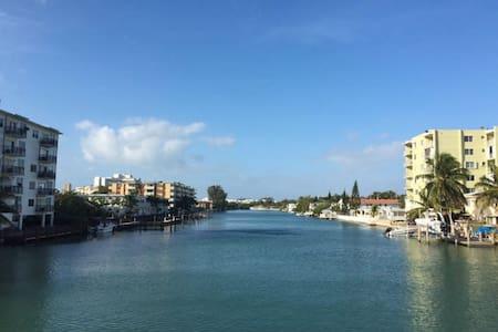 SuperFun room Miami Beach walking distance to sand - Miami Beach - Lägenhet