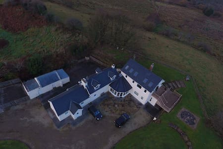 Stunning 14 acre estate with private studio