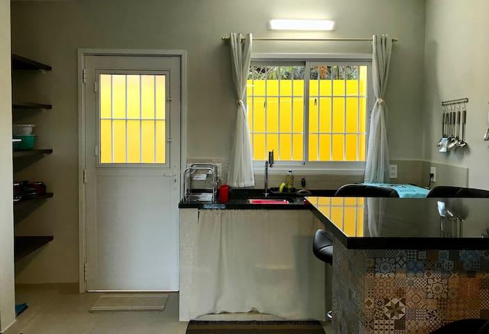 Cozinha com porta para Área de Serviço Externa Privativa