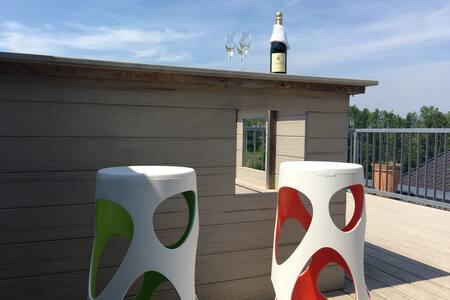 Große sonnige Dachterrasse mit Whirlpool
