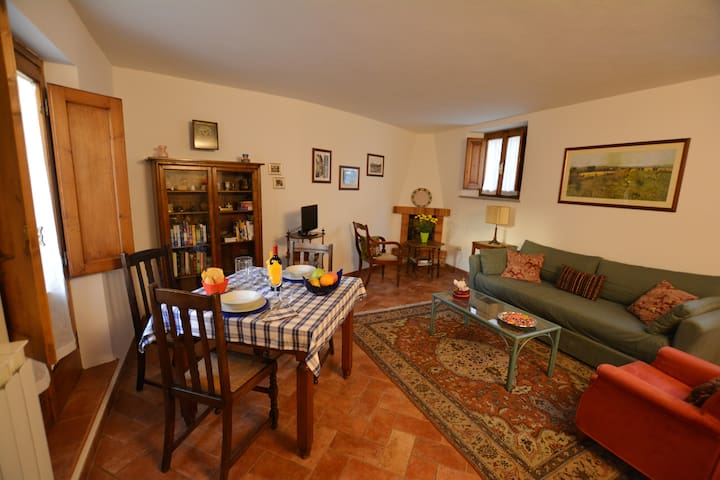 Townhouse with eat out terrace and fireplace - Cavriglia - House