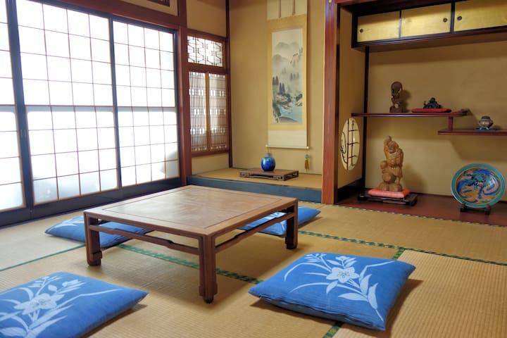 日本の伝統的な書院造りの和室です。旧北陸街道に面した広い庭付きの豪華な新しい建物です。英語で応対。 - Imizu-shi - Haus