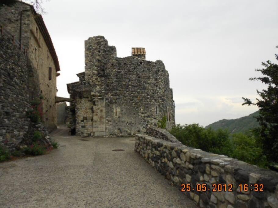 """Chemin du Chàteau  """" chez nous """" vue de la  tour restaurée  MERAULDE  """""""