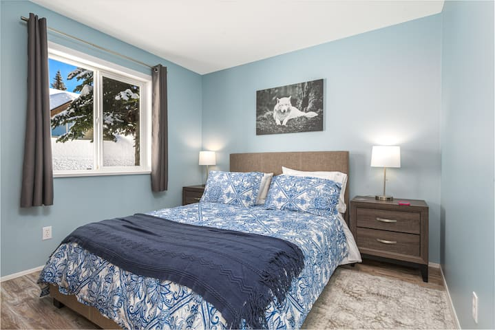 Second bedroom with queen size bed.